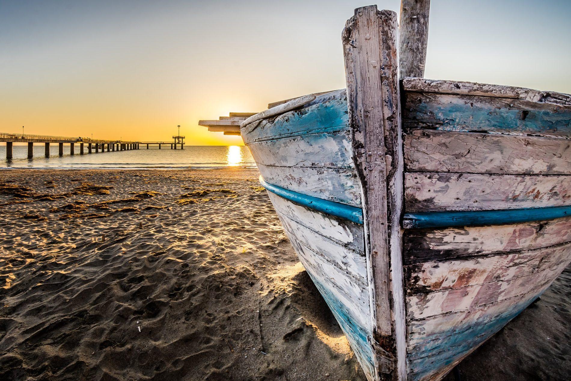 old wooden boat at sunrise 2873907 1920 1900x1267 - Отдых в Болгарии. Все что нужно знать о Болгарии