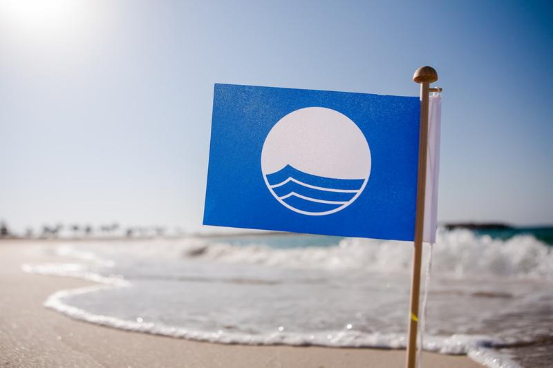 голубой флаг на пляже в Болгарии
